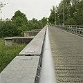 Zicht op de voormalige spoorbrug, links zijn enkele bakstenen pijlers zichtbaar - Waalwijk - 20396345 - RCE.jpg