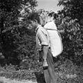 """""""Žakelj"""" moke nosi na oprtah iz mlina ob Sušici (Škulj), Oštrc 1956.jpg"""