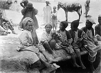 Perahan tunban - Image: 'Group of children sitting in a row'. Wellcome L0025446