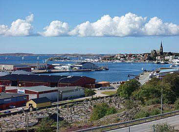 Åkerbräckans kyrkogård och södra hamnen i Lysekil.jpg