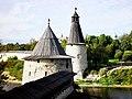 Башни и стена Псковской крепости - panoramio.jpg