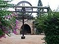 המבנה שעל באר ומתקן האנטיליה ששוחזרו בשנת 1994.JPG