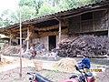 万源-庙垭-尖山村-正在整理粮食的老人 - panoramio.jpg
