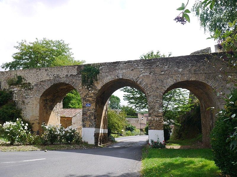 Le pont des remparts du château.