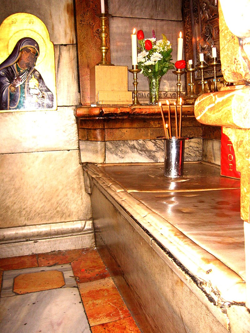 تصویری از مقبره منتسب به عیسی مسیح در کلیسای قبر مقدس یا کلیسای رستاخیز در شهر اورشلیم.