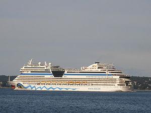 AIDAblu lahkub Tallinnast 1 august 2012.JPG