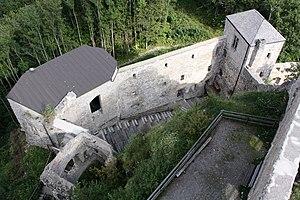 Ostseitiges Burgareal der Araburg vom Bergfried aus gesehen