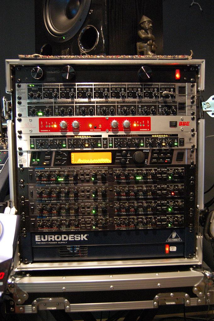 File:Audio signal processor rack 2, Choking Sun Studio.jpg ...