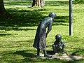 Bad Sassendorf – Bronzeskulptur Mutter mit Kind oder Schwester mit Bruder - panoramio.jpg