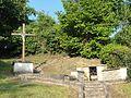 Balagny-sur-Thérain (60), fontaine des Vierges et calvaire.JPG