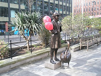 English: Balloons on the Statue at Upper Thame...