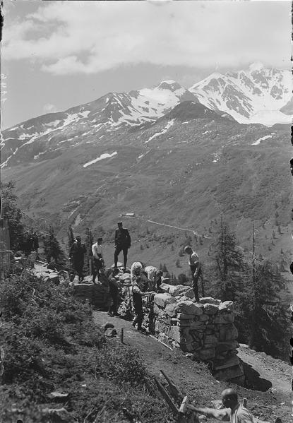 File:Bau einer Artilleriestellung in den Alpen - CH-BAR - 3236919.tif