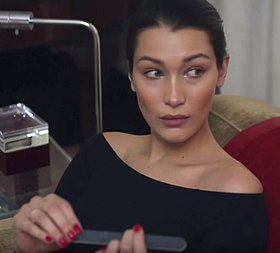 Bella Hadid 15 Advent 2015 02.jpg