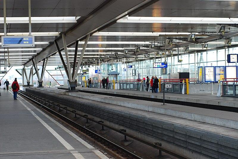 File:Binnenzijde bovenste platform station Duivendrecht.jpg