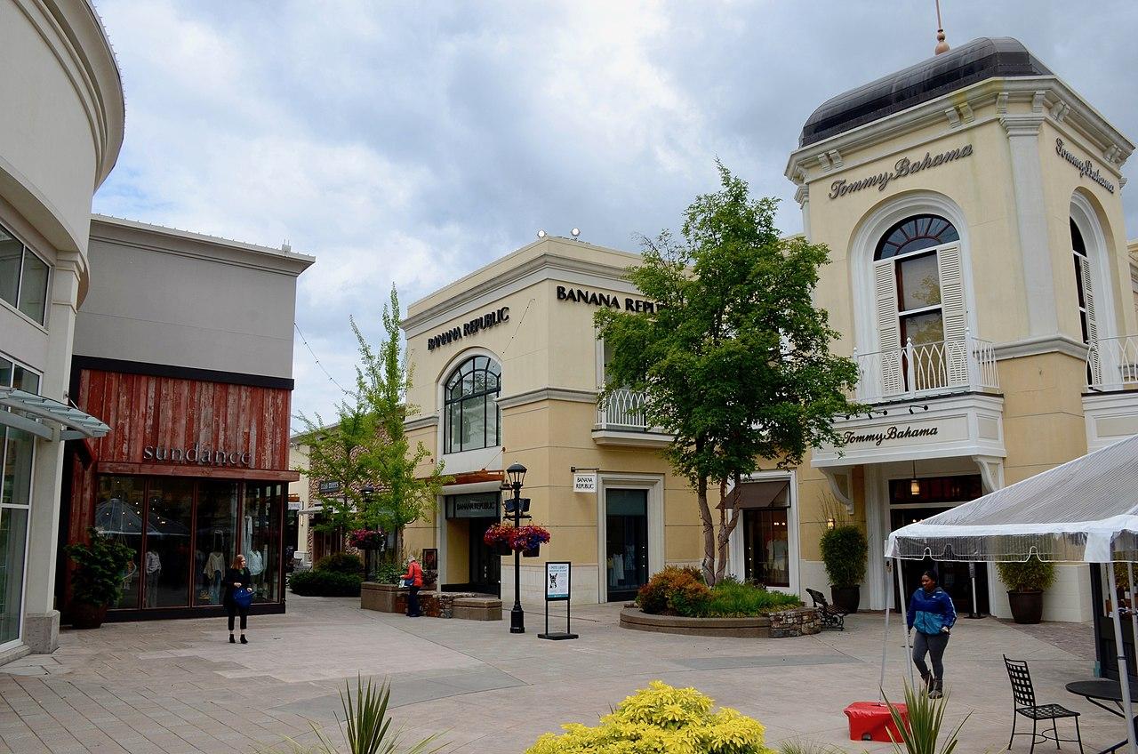 File:Bridgeport Village mall - 1 (2019