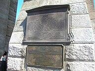 Eine Gedenktafel am Manhattan Tower, die die Widmung und Renovierung der Brücke erwähnt
