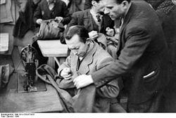 Bundesarchiv Bild 101I-133-0719-07, Polen, Lodz, Juden in einer Schneiderei