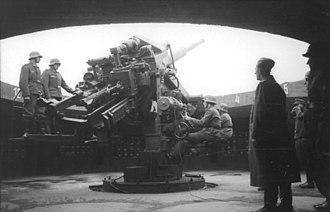 Flak tower - A 12.8 cm FlaK 40, the main guns of the Flak-towers, and its crew
