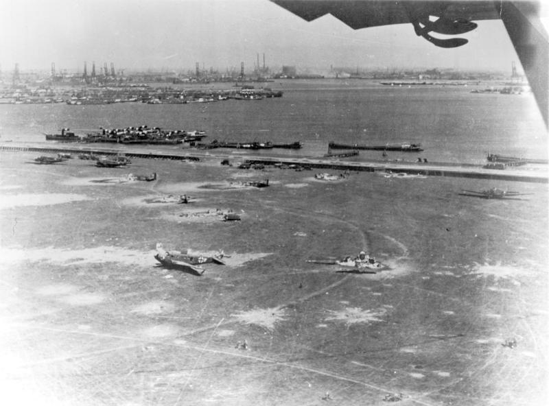 Bundesarchiv Bild 141-1308, Flugplatz Waalhaven, zerstörte Ju 52