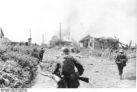 Men from a German forward detachment attack a Soviet village west of Kiev in August 1941 Bundesarchiv Bild 146-1974-099-45, Russland, Gatnoje, Soldaten bei Besetzung einer Ortschaft.jpg