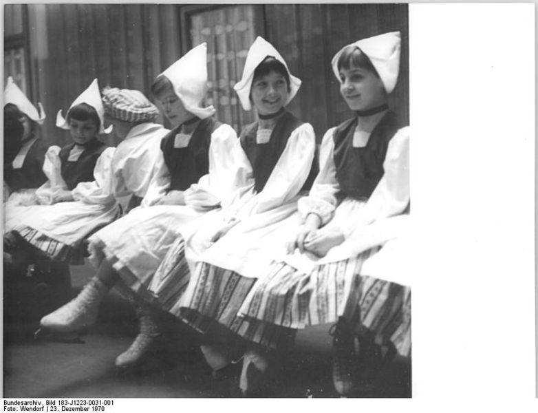 File:Bundesarchiv Bild 183-J1223-0031-001, Berlin, Eiskunstlaufen ...