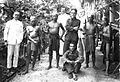 COLLECTIE TROPENMUSEUM Militairen en ambtenaren poseren tussen Dajak krijgers met kapmessen Borneo TMnr 60012308.jpg