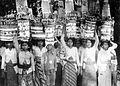 COLLECTIE TROPENMUSEUM Rijk versierde offeranden op het hoofd dragend Bali TMnr 10001225.jpg