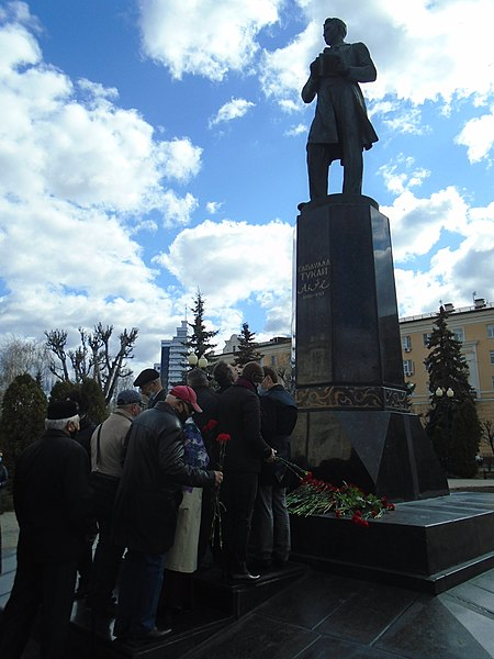 Ceremony of laying flowers at the Gabdulla Tukay monument (2021-04-26) 55.jpg
