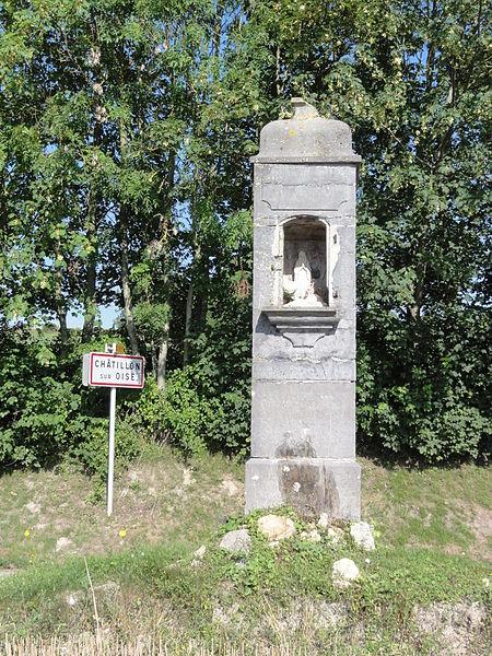 Châtillon-sur-Oise (Aisne) oratory (r) and city limit sign (l)
