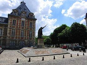 Au premier plan la place Arthur Dussault et la statue d'Henri IV et au deuxième plan l'hôtel de ville de Charenton-le-pont