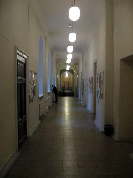 File:Chodba v hlavní budově Lotyšské univerzity.jpg