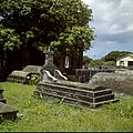 Collectie Nationaal Museum van Wereldculturen TM-20030071 Oude graven en ruines van de uit 1774 daterende Nederlands Hervormde Kerk Sint Eustatius Boy Lawson (Fotograaf).jpg
