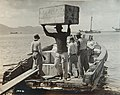 Collectie Nationaal Museum van Wereldculturen TM-60062029 Lading wordt uit een schip gedragen Martinique fotograaf niet bekend.jpg