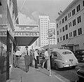 Columbus Hotel aan de Biscayne Boulevard in Miami Man draagt bekendmaking van s, Bestanddeelnr 191-0773.jpg