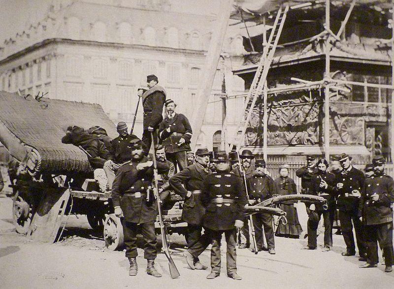 Fichier:Commune de Paris gardes nationaux sur la colonne Vendôme.jpg