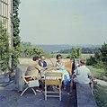 De familie Kreisselmeier op een terras met links Hildegard van de Poll-Eschen, Bestanddeelnr 254-4945.jpg