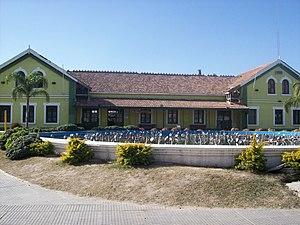 Tren al Desarrollo - Image: Detalle del frente de la estación de La Banda