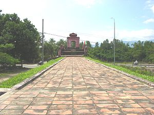 Diên Khánh District - Wall leading to the Western gate