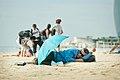 Durmiendo en la playa (8115399709).jpg