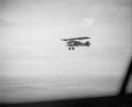 ETH-BIB-Ein französischer Kamerade gibt uns im Flug vor Marrakech aus das Ehrengeleit-Tschadseeflug 1930-31-LBS MH02-08-0475.tif