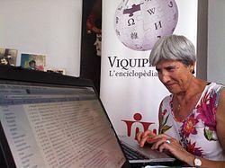 Una viquipedista editant l'article sobre l'artista contemporani Modest Cuixart durant una viquimarató