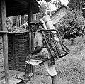 Een zogenaamde Balata-bleeder bij een huis in Nickerie, Bestanddeelnr 252-5429.jpg