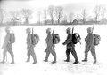 Eine Gruppe von Infanteristen mit dem neuen Stahlhelm von der Seite - CH-BAR - 3240246.tif