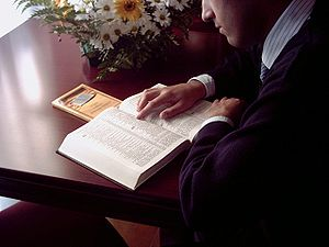 English: Personal bible study Português: Estud...