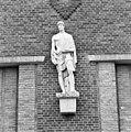 Exterieur ZIJGEVEL TRANSFORMATORHUIS BIJ HOOFDGEBOUW, BEELD 'ELECTRICITEIT' (DIRK BUS, 1942) - 's-Gravenhage - 20372921 - RCE.jpg