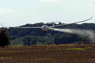 Gliding - A Ventus 2 glider landing while jettisoning water that has been used as ballast