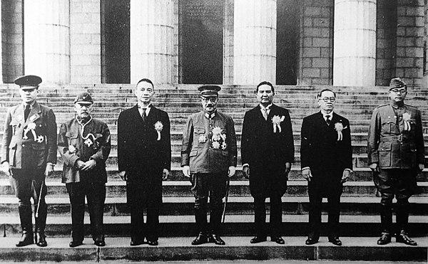 1943年11月の大東アジア会議、参加者は左から右へ:Ba Maw、Zhang Jinghui、Wang Jingwei、Hideki Tojo、Wan Waithayakon、JoséP. Laurel、Subhas Chandra Bose