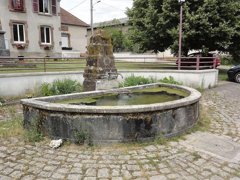 Halloville (M-et-M) fontaine B devant la mairie