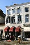 foto van Omvat twee huizen; het linkse onder schilddak met rode pannen en met gepleisterde lijstgevel waarin vensters met kuiven in stucwerk, het rechtse onder hoog schilddak en met lijstgevel waarin segmentvormig overtoogde vensters; een stoeppaal. Het dak vormt een geheel met dat van Nieuwstraat 14