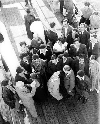 Fifth Aliyah - Image: IMMIGRANTS FROM GERMANY BEFORE DEBARKATION AT THE JAFFA PORT. עולים מגרמניה על סיפון אונייה העושה את דרכה לנמל יפו.D420 151